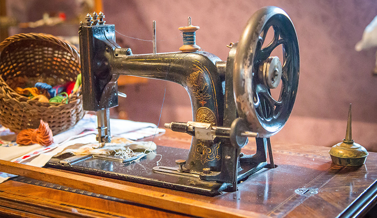 How Old Is My Singer Sewing Machine Discover The Age Of Your Model Simple Singer Electric Sewing Machine 66 18 Value